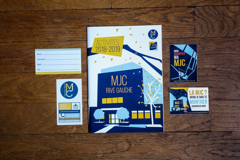 sticker logo autocollant carte de visite programme activité couverture mjc rouen rive gauche charte graphique bleu jaune illustration design graphisme tapa idée communication
